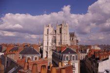 Vue sur la cathédrale et les toits du centre de Nantes