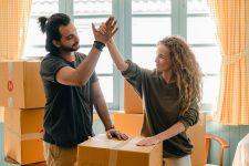 deux personnes debout devant un carton